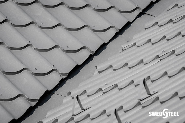 Családiház elavult zsindelyfedésének újraburkolása matt cserepeslemezzel