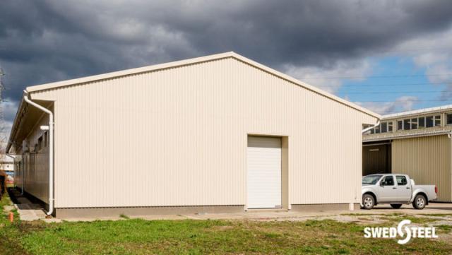 Ipari telep épületeinek energetikai korszerűsítése helyszínen szerelt szendvics szerkezettel, Swedsteel trapézlemezzel és kiegészítőkkel