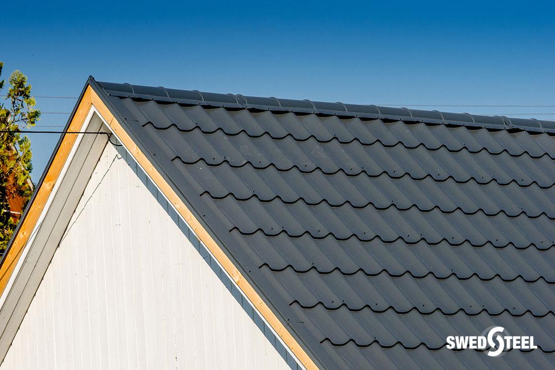 Nyaralóépület tetőfelújítása antracitszürke cserepeslemezzel