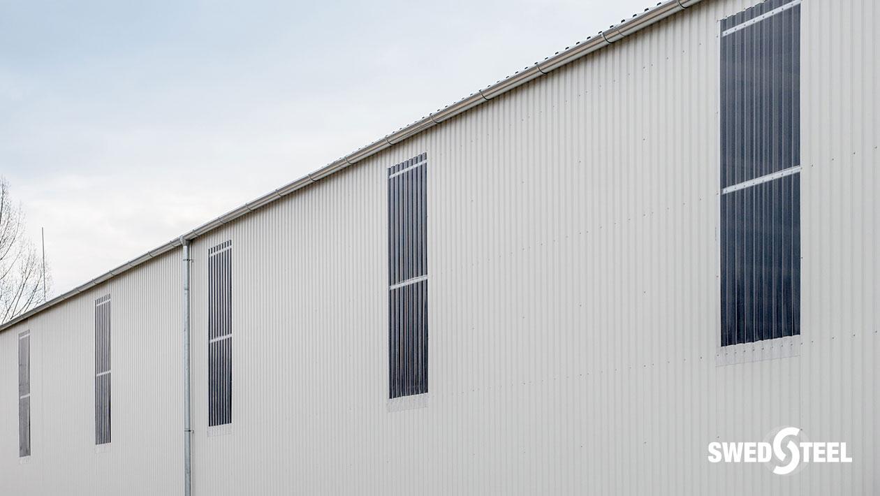 Szigetelés nélküli raktárépület Swedsteel trapézlemezzel, természetes bevilágítást biztosító ún. bevilágító csíkokkal