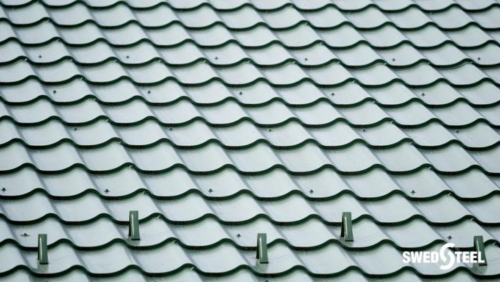 Újépítésű iskolaépület tetőfedése sötétzöld színű cserepeslemezzel