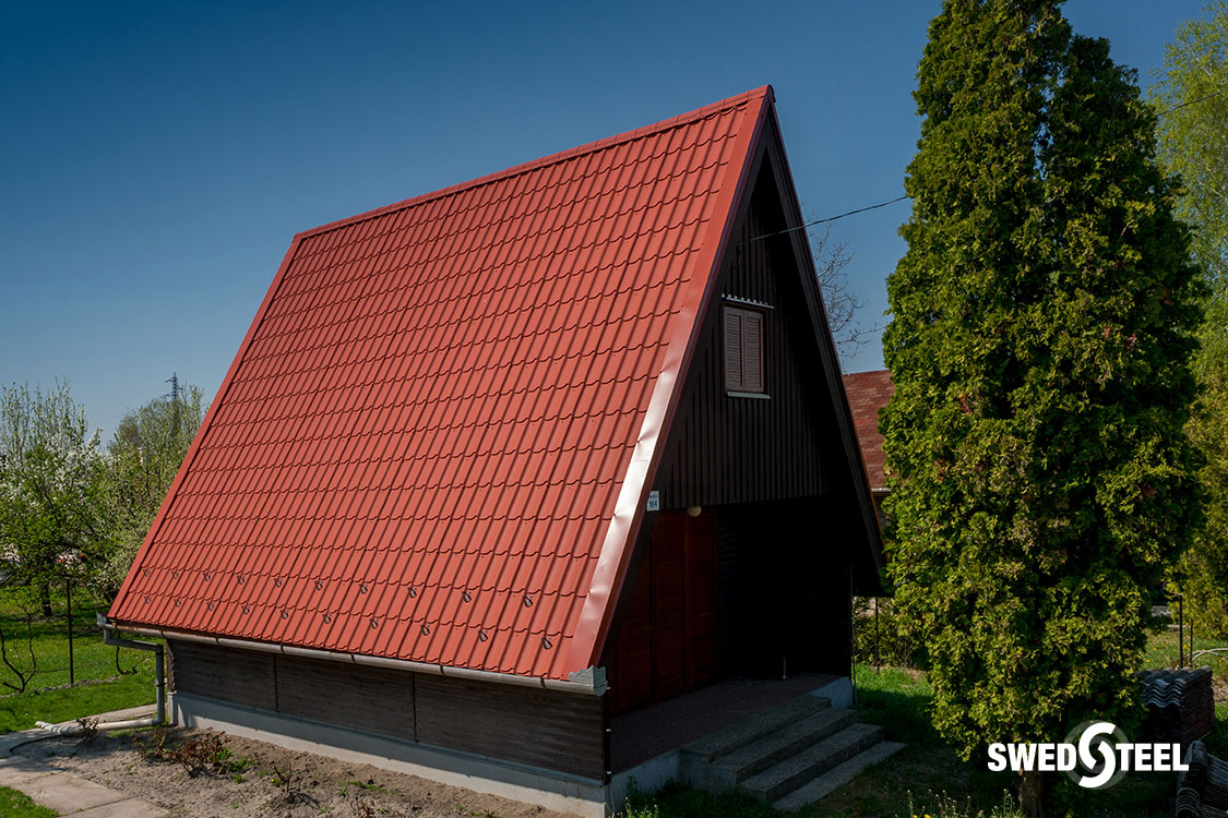 Víkendház tetőcseréje hullámpaláról különleges bevonatú, 30 év garanciával rendelkező cserepeslemezre