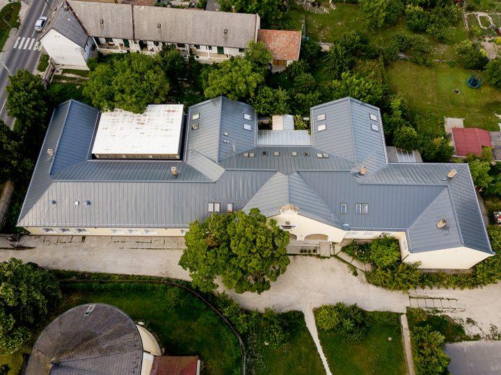 Új elegáns, korcolt Swedsteel tető az egyházi műemléképületen