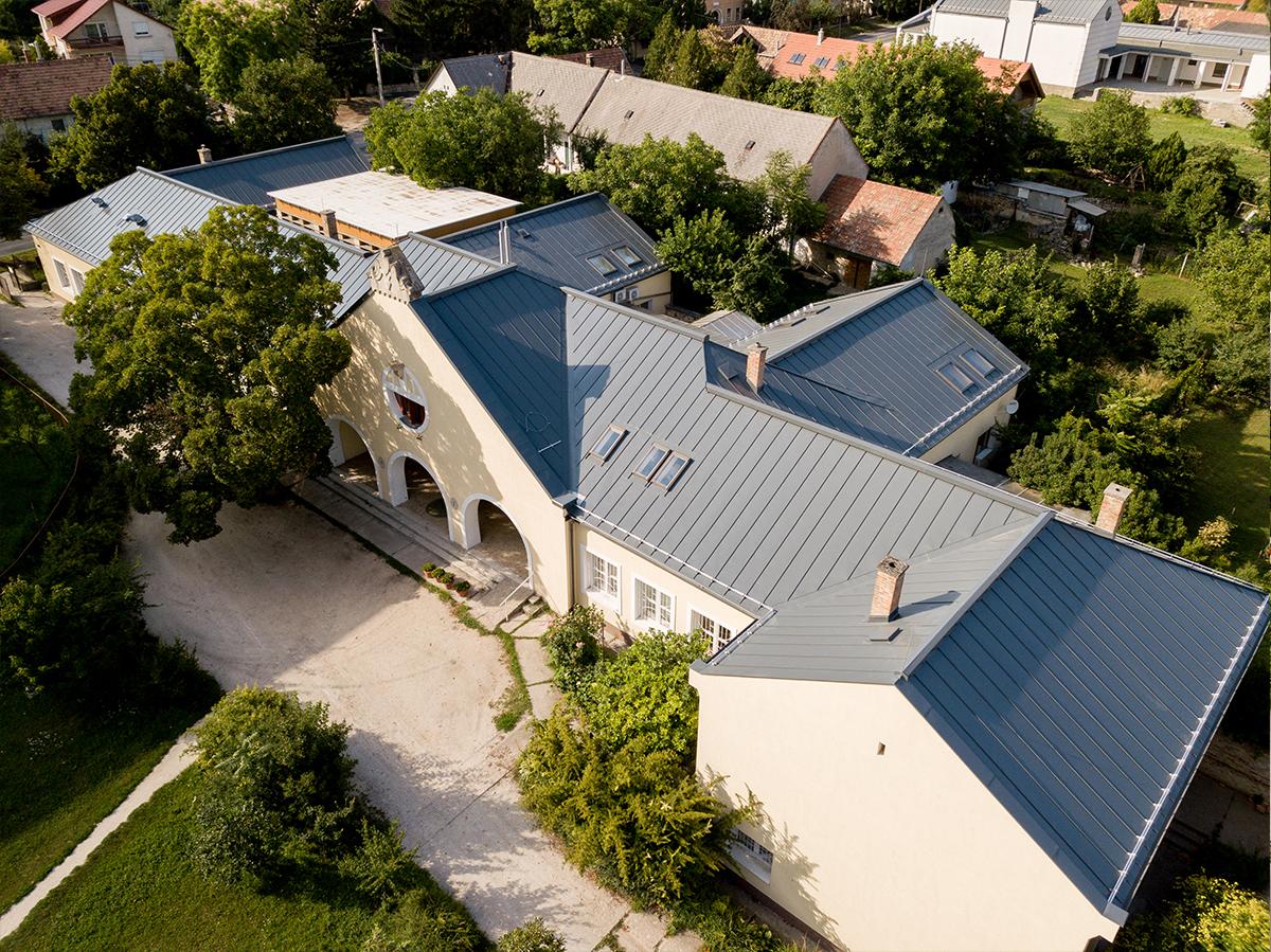 Premontrei iskola új tetővel