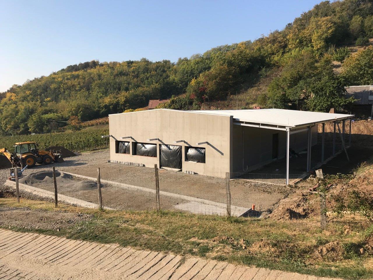 Könnyűszerketes acélcsarnok építése borászat részére