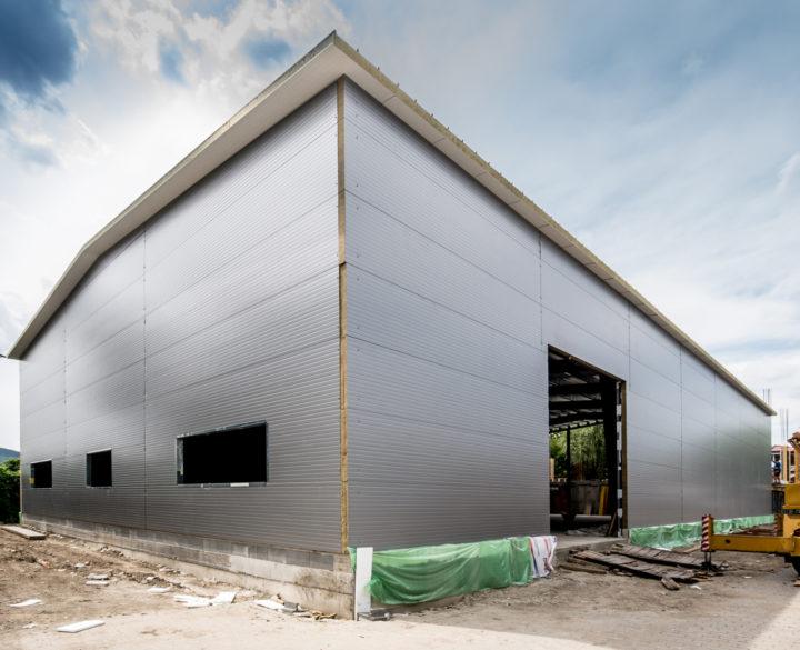 könnyűszerkezetes raktárcsarnok építés közben